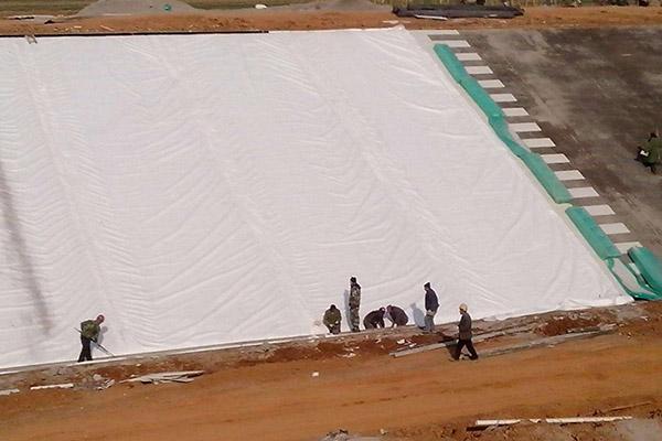 在铺设前土工布参加后要及时进行验收及签证认量